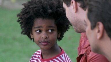 Niko fica comovido com Jayme - Eron leva os dois para um passeio no parque e o menino conta suas experiências com outras pessoas que pretendiam adotá-lo
