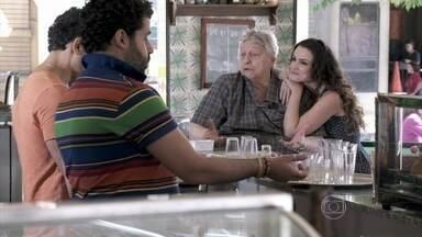 Denizard avisa a Carlito que vai visitar a neta na casa de Ignácio - O DJ reclama da intenção do milionário de assumir a menina como filha. Denizard garante ao filho que resolverá a questão. Rinaldo implica com as saídas de Gina