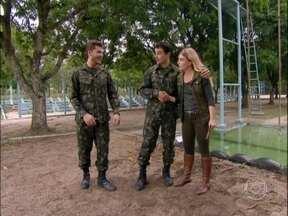 Sentido! Klebber Toledo e Anderson Di Rizzi vivem dia de soldados - Comandados por Angélica, atores participam de circuito militar. Confira!
