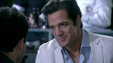 Ignácio oferece dinheiro para Carlito deixá-lo registrar Marijeyne - O milionário leva Carlito para comer no restaurante de Niko