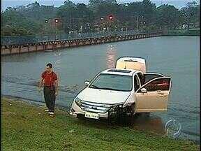 Carro de luxo vai parar dentro do Lago Igapó - Foi depois de um assalto, na avenida Duque de Caxias. Os bombeiros foram chamados para fazer o socorro de possíveis vítimas, mas ao chegar ao local não encontraram ninguém.