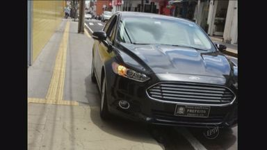 Carro de prefeito de Franca é flagrado estacionado em local proibido - Automóvel estava com pisca-alerta ligado, mas PM afirma que motorista cometeu infração