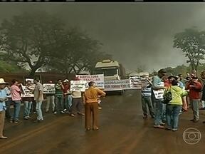 Trabalhadores rurais fazem manifestação em várias regiões do Brasil - Eles cobram a implantação da reforma agrária e pedem benefícios para os assentamentos rurais. Em Goiânia, os manifestantes ocupam o estacionamento da Secretaria da Fazenda.