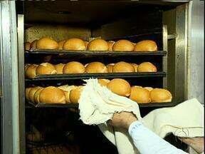 Conheça o segredo do sucesso de padaria com 107 anos em Curitiba - Clientes fazem fila em frente à padaria
