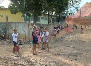 Entulho e lama dificultam caminho de alunos para escola de Cariacica, ES - Na região, casas foram desapropriadas por conta de construção de estrada.Sedu prometeu tirar as crianças do prédio e passar escola para outro.