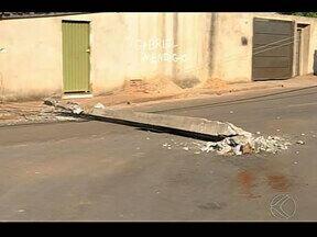 Motorista bate em poste no meio da rua em Patos Minas - Cemig afirmou que não faz instalação no meio da via. Ninguém da Prefeitura foi localizado para falar sobre o assunto.