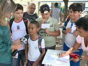 Urna do ESTV visita o bairro Itacibá, em Cariacica - Estudantes depositaram sugestões na urna.