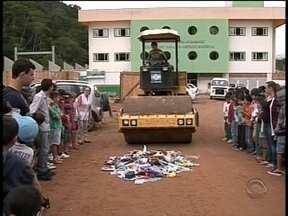 Cerca de 800 brinquedos que induzem a violência são destruídos no Vale do Itajaí - Armas de brinquedo são destruídas no Vale do Itajaí.