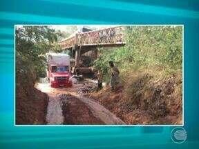 Ponte de acesso a Palmeira do Piauí cai e travessia é feita por dentro do rio - Ponte de Palmeira do Piauí caiu e travessia é feita por dentro do rio