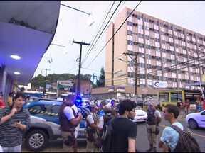 Homem morre em frente a hospital no bairro da Federação, em Salvador - Algumas pessoas chegaram a pedir ajuda no hospital, mas não houve socorro.