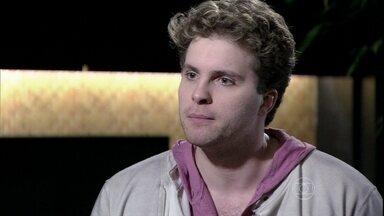 Niko discute com Amarilys e fica perplexo com reação de Eron - O advogado tenta tranquilizar o companheiro