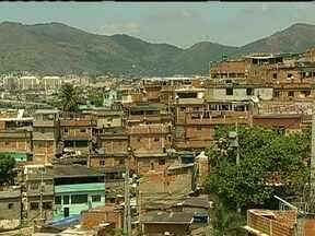 Bandidos atacam policiais militares no Conjunto de Favela do Alemão - Ataque foi a policiais da UPP Nova Brasília. Dois PMs foram baleados quando verificavam denúncia de um ponto de venda de drogas.