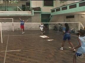 Parceiros de Niterói mostram escolinha de badminton que treina ex-moradores do Bumba - Escolinha começou como projeto social depois do desabamento do Morro do Bumba. Os alunos começaram a gostar, participaram de competições e ganharam, inclusive, medalhas.