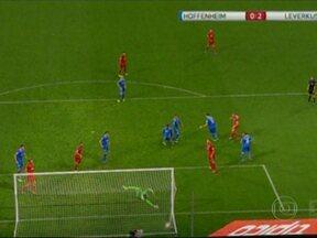 Na Alemanha, rede fura e árbitro valida gol que a bola entrou por fora. Confira! - Duelo entre Hoffenheim e Bayern Leverkusen ficou marcado por gol validado de maneira irregular.