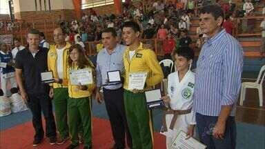 Cearenses são homenageados após mundial de karatê - Cearenses são homenageados após mundial de karatê