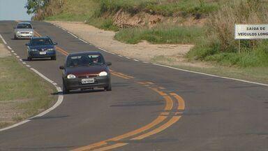 Estrada na região de Piracicaba leva perigo aos motoristas - A estrada que liga Águas de São Pedro e Piracicaba leva perigo aos motoristas. A obra de duplicação está atrasada. Defeitos na estrada e buracos prejudicam condutores.