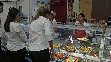 Mercado de food service cresce em Fortaleza - A oferta de refeições rápidas é um atrativo a mais para quem vai ao supermercado, por exemplo.
