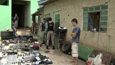 Polícia desmonta grande esquema de desmanche de veículos em Belo Horizonte - Mais de 100 peças foram apreendidas em uma casa na Vila Clóris. A dona da casa foi presa, e o marido dela é procurado.