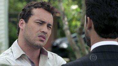 Daniel conversa com Rafael sobre Linda - O rapaz questiona as intenções do advogado e Rafael promete não magoar Linda.