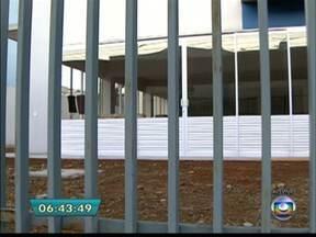 Escola municipal é construída perto de posto de combustível em São Caetano - A escola que deveria atender cerca de 200 crianças do ensino infantil não abriu as portas porque está perto de um posto de combustível. Uma lei da Prefeitura proíbe a construção de escolas e hospitais a menos de 300 metros de postos.