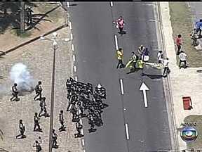 Novos confrontos acontecem perto de local de leilão do pré-sal - Alguns manifestantes tentaram ultrapassar a última barreira de homens da Força Nacional de Segurança. A confusão também tomou conta da Praia da Barra da Tijuca. O leilão começa às 15h desta segunda-feira (21).