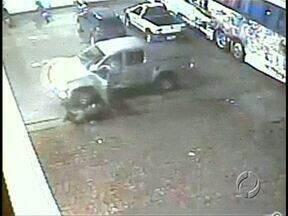 Ladrão fugindo em caminhonete atropela policial - O assalto, em Cornélio Procópio, por pouco não termina em tragédia