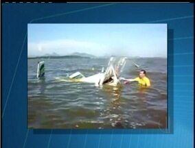 Remoção do avião que caiu em uma lagoa em Maricá, RJ, deve acontecer nesta terça-feira - Duas pessoas morrem após queda.Acidente aconteceu por volta das 17h desta segunda-feira (21).