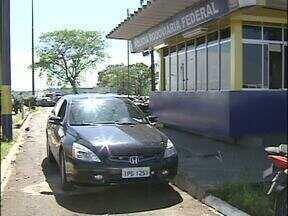 Polícia Rodoviária Federal recupera carro roubado no posto de fiscalização - O motorista tentou fugir dos policiais, mas foi bloqueado. Durante a abordagem, os policiais descobriram que se tratava de um carro roubado em São Paulo.