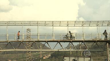 Motociclistas cometem infrações em travessia de pedestres no Anel Rodoviário de BH - Reportagem flagrou motos em passarela. Imprudência aumenta risco na via, já conhecida pela precariedade da estrutura.