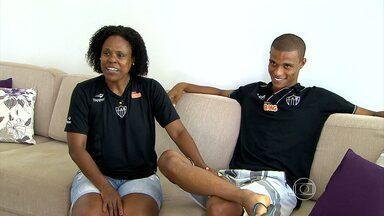 Ao lado da mãe, Lucas Cândido comemora primeiro gol como profissional - Jovem volante marcou um golaço na partida contra o Flamengo
