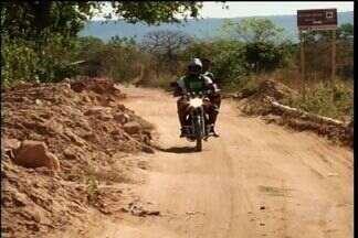 Moradores de Barbalha reclamam da paralisação de uma obra no município - Estrada auxilia na escoação da produção agrícola do município.