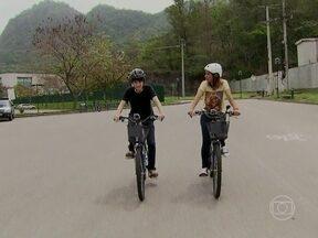 Dani Monteiro dá rolé de bicicleta com Thalles Cabral pelo Projac - Ator comenta a repercussão do seu personagem em Amor à Vida