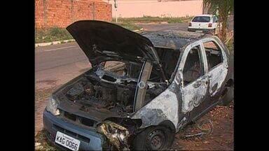 PM registra dois casos de carros incendiados em Rondonópolis (MT) - A PM registrou dois casos de carros incendiados em Rondonópolis.