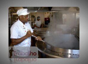 """No quadro """"Meu Trabalho"""", conheça o dia-a-dia de um cozinheiro no ES - Darly da Silva cozinha há 11 anos. Ele prepara os alimentos no restaurante popular de Vitória, na Ilha de Santa Maria."""