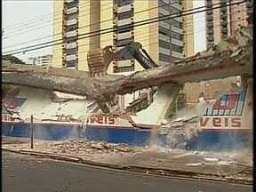 Os paredões da loja destruída por um incêndio em Maringá foram demolidos - Foi preciso maquinário pesado para fazer o serviço