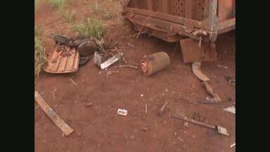 Motorista morre em acidente entre dois caminhões em Guaíra, SP - Frente de veículo ficou destruída.