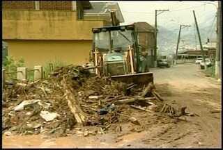 Chuva forte deixa moradores preocupados em Petrópolis, RJ - Chuva causou estragos em vários pontos da cidade.Moradores estão apreensivos com a situação.