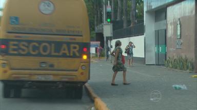 Ônibus escolares são usados para levar pacientes a hospitais do Recife - Uso indevido do transporte ocorre em muitas cidades do interior.