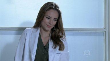 Paloma convida Ciça para trabalhar com ela - A pediatra avisa que não conseguiu impedir a demissão da enfermeira