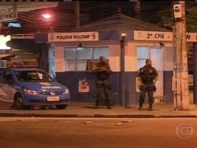 Tiroteio mata comerciante em Vila Valqueire - O tiroteio aconteceu perto da praça Valqueire. Policiais militares faziam uma ronda no bairro quando receberam a informação de que homens armados estavam circulando num carro próximo a uma agência bancária.