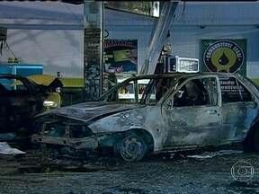 Incêndio em carro num posto de combustível da zona oeste alerta para segurança - O caso do veículo, que pegou fogo em um posto de Vila Valqueire, alertou motoristas para o que pode ou não ser feito enquanto o carro é abastecido. A ANP faz uma série de recomendações para garantir a segurança nos postos.