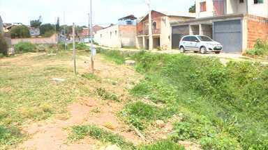 Parceiros do MGTV voltam a Contagem para mostrar situação de rua - No dia 5 de julho, eles mostraram a situação precária da Rua Augusto Macedo. Via estava com lixo e mato e não tinha pavimentação.