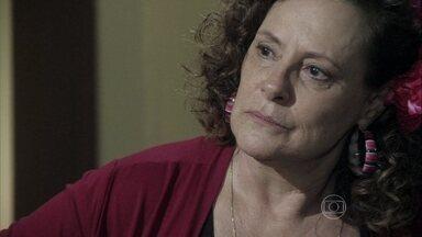 Márcia não aceita a proposta de Atílio - A ex-chacrete se recusa a ser amante do admistrador e decide colocá-lo para fora de sua casa
