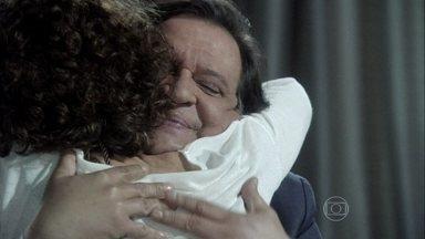 Atílio volta para Vega - Ela avisa que alugou o apartamento do casal para Aline e César