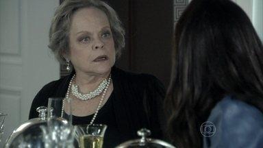 Eudóxia ensina Valdirene a se portar à mesa - Ela aproveita a ausência de Márcia para transformar a periguete em uma dama