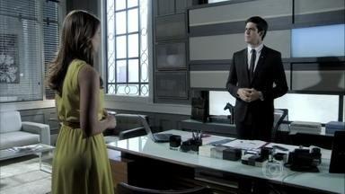 Félix e Paloma discutem - A médica acusa o irmão de tentar afastá-la da família. Félix demonstra raiva do filho de César e Aline, e deixa Paloma intrigada