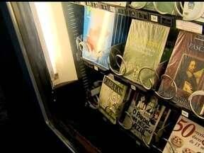 Máquinas de livro fazem sucesso nas estações de metrô - Em cinco estações do metrô de São Paulo, estão espalhadas máquinas de livros, que aceitam contribuições de R$ 2, R$ 5 ou R$ 10 reais.