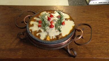 Saiba como preparar receita de linguiça com creme de mandioca - Creme de mandioca finaliza o prato.