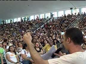 Greve de professores municipais do Rio de Janeiro chega ao fim - A greve dos professores municipais do Rio terminou na noite de sexta-feira (25) depois de uma assembleia tumultuada. A expectativa agora é pela retomada das aulas. Em alguns casos, o calendário pode se estender até o ano que vem.
