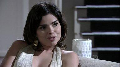 Aline combina com Mariah os detalhes do plano contra César - A sobrinha conta a cena de Pilar no hospital. A tia pede que Aline não faça nada de mau contra Paloma